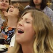 Orgazmus-flashmob, egyszerre élvező húsz nővel