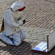 Street art Kolozsváron: műdollárokhoz imádkozó bábutól vetettek keresztet a pópák