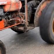Eke nélkül szánt a traktor