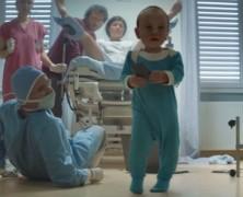 A nap reklámja: az újszülött leguglizza a köldökzsinórvágást, majd nyom egy szelfit