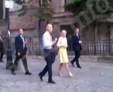 Így nyal Biden Bukarestben