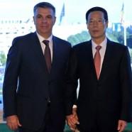 Kéz a kézben a román képviselőház elnöke és a kínai miniszterelnök-helyettes