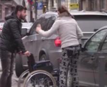 Mozgássérült-parkolóba parkoltál? Nesze, egy tolószék!