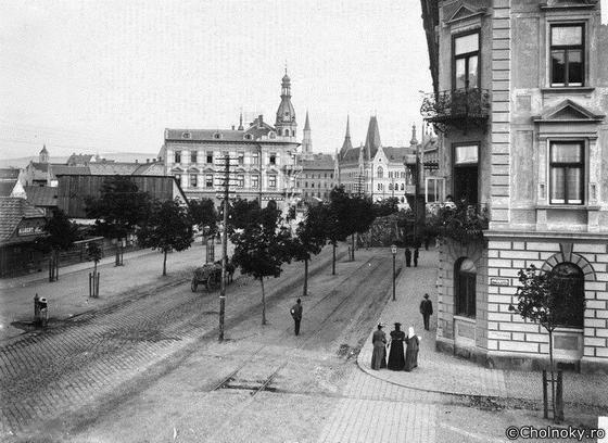 """A Ferenc József út az Uránia palota felépítése előtt. Még nem számolták fel a gőzvasutat, azaz """"ájvájt"""""""