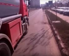 Felkavaró videók: kétszer is megpróbál leszorítani bicikliseket egy kamionos Marosvásárhelyen