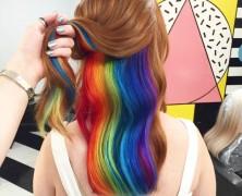 Itt van a legújabb frizuraőrület: a rejtett szivárványhaj