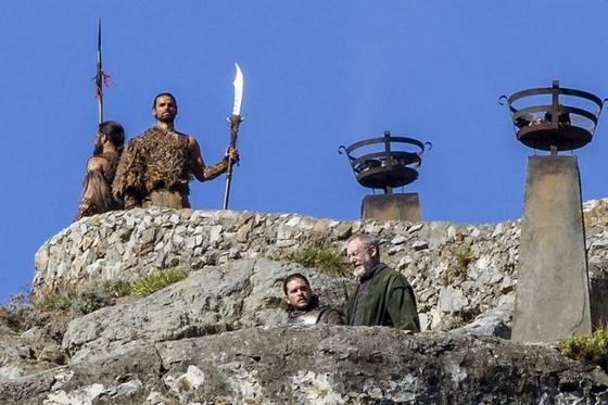 Havas Jon és Ser Davos dothraki harcosok társaságában