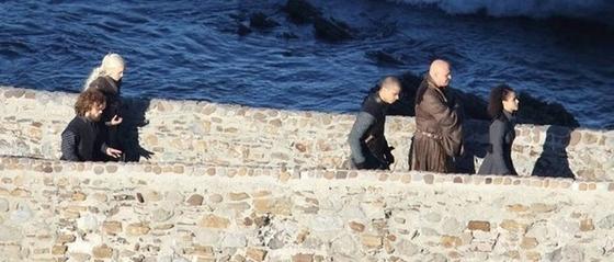 Daenerys, Tyrion Lannister, Szürke Féreg, Varys és Missandei