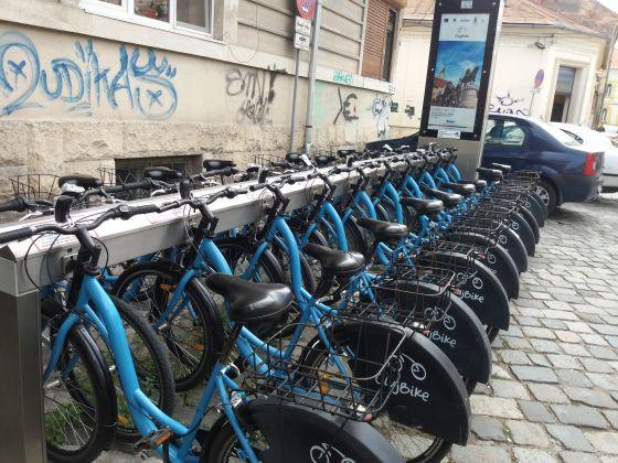 Lehet ennek a látványnak nem örülni, ha éppen egy biciklit akarunk letenni (Kötő utcai - Ion Raţiu állomás)