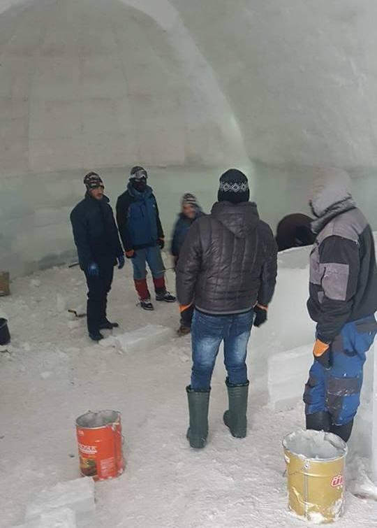 Jégművesek, amint épp a jéghotel kápolnáján ügyködnek