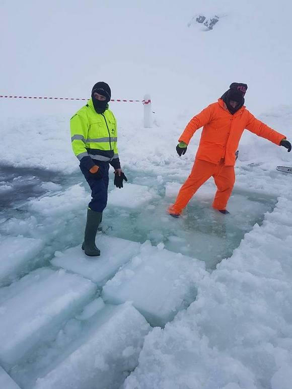 Valószínűleg a jég vastagságát tesztelik a fiatalemberek