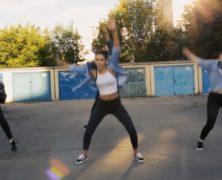 Marosvásárhelyi lányok táncolnak a garázsok között, de hogyan táncolnak!