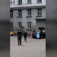 Ahogy lesz, úgy lesz… húzta el a hegedűs a betegeknek egy bukaresti kórház udvarán